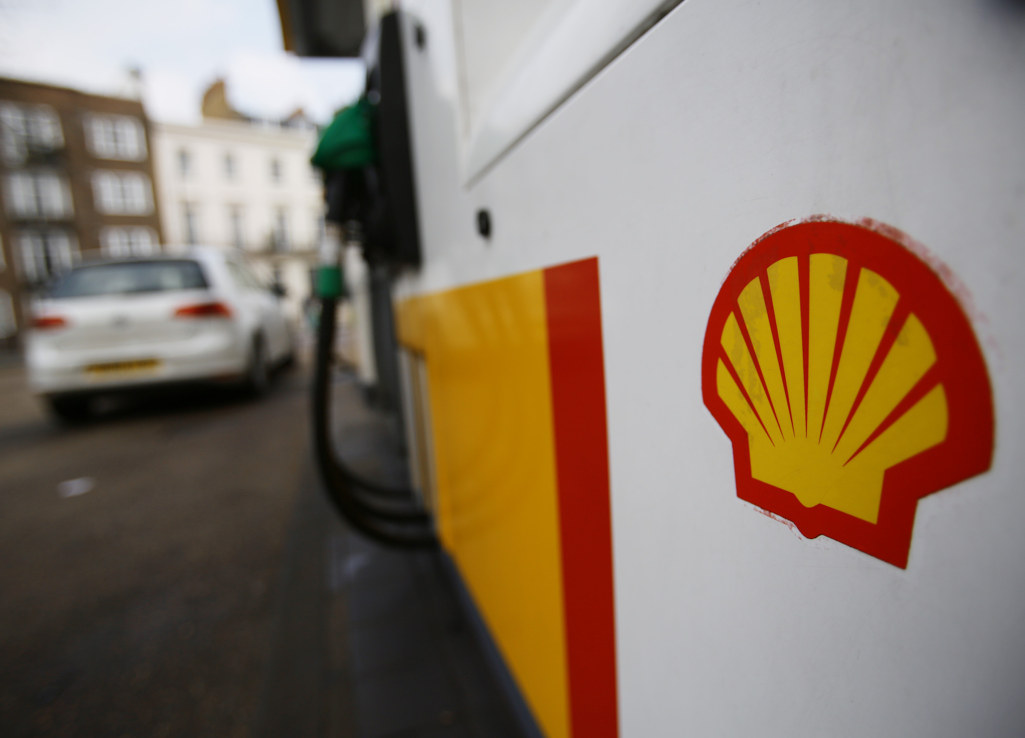 Shell teams with automakers to rev up European EV charging network